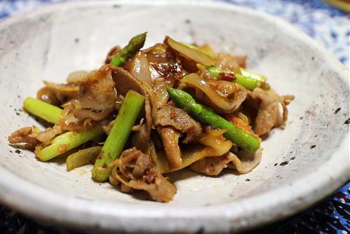 今日のキムチレシピ:アスパラと豚肉のキムチ生姜炒め