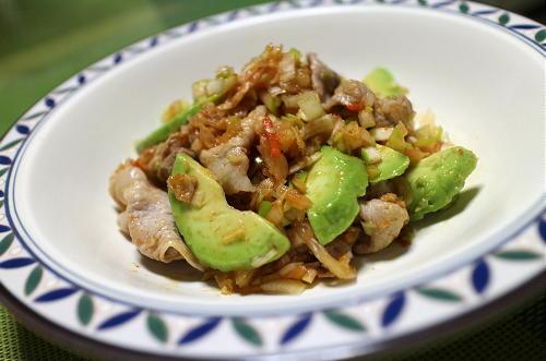 今日のキムチ料理レシピ:豚肉とアボカドのネギキムチ和え