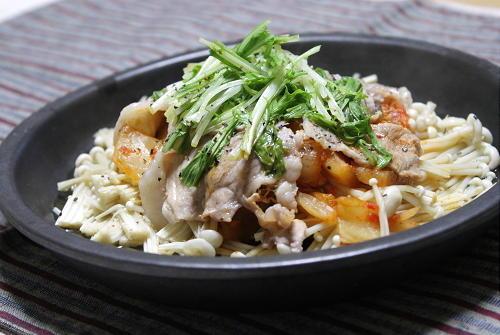 今日のキムチ料理レシピ:えのきと豚肉とキムチのレンジ蒸し