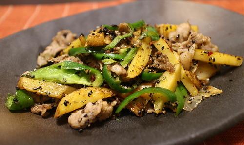 今日のキムチ料理レシピ:豚肉とジャガイモとキムチの黒ゴマチーズ炒め