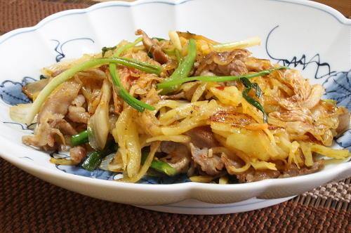 今日のキムチ料理レシピ:豚肉とじゃがいもとキムチの塩炒め
