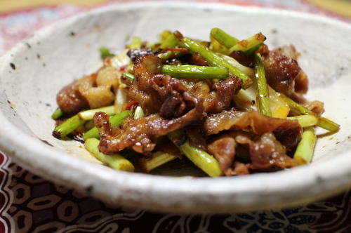 今日のキムチ料理レシピ:ニンニクの芽と豚肉のキムチ炒め