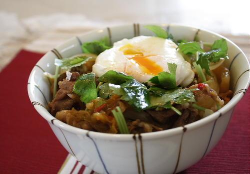 今日のキムチ料理レシピ:豚キムチの温泉卵のせ丼