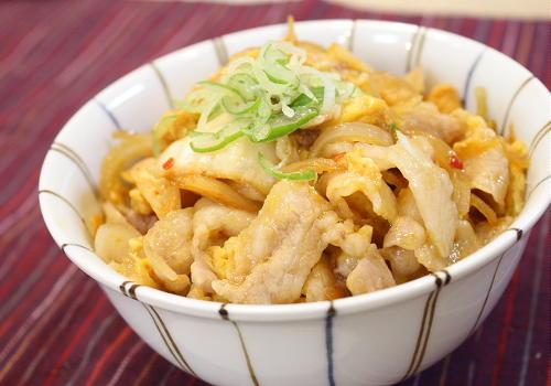 今日のキムチ料理レシピ:豚肉とキムチの卵とじ丼