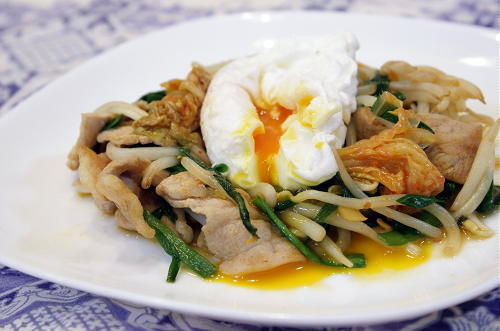 今日のキムチ料理レシピ:豚野菜キムチ炒めの卵のせ
