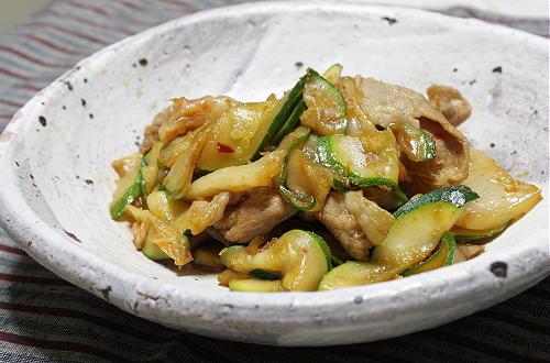 今日のキムチ料理レシピ:豚肉とズッキーニのキムチ生姜焼き