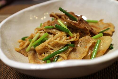 今日のキムチ料理レシピ:豚肉とえのきのキムチ炒め
