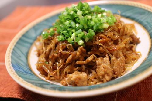 今日のキムチ料理レシピ:ピリ辛ひき肉しらたき
