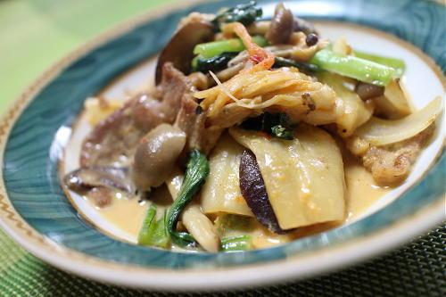 今日のキムチ料理レシピ:豚肉とキノコとキムチの味噌ミルク煮