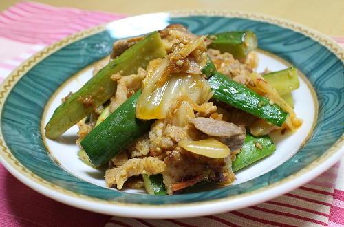 今日のキムチ料理レシピ:豚肉ときゅうりとキムチの炒め物