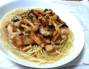 今日のキムチ料理レシピ:韓国風・きのことチキンのスープパスタ