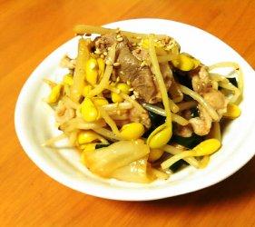 今日のキムチ料理レシピ: 豚薄切り肉と大豆もやしのレンジキムチ蒸し