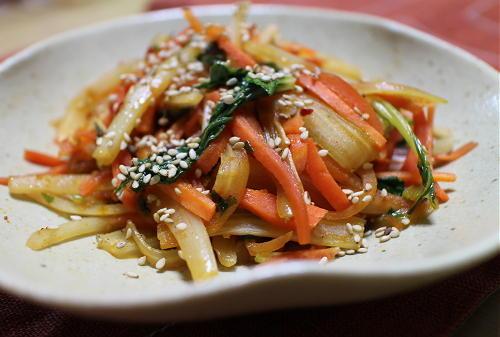 今日のキムチ料理レシピ:セロリと人参のピリ辛きんぴら