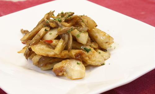 今日のキムチ料理レシピ:ちくわとまいたけとキムチのマヨ醤油炒め