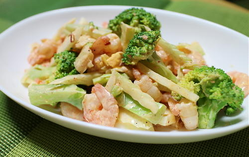 今日のキムチ料理レシピ:エビとブロッコリーの卵キムチサラダ