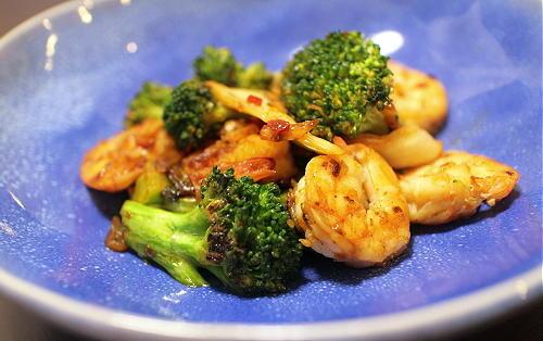 今日のキムチ料理レシピ:エビとブロッコリーのキムチ炒め