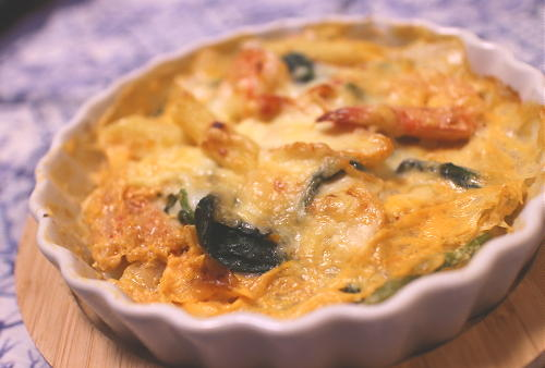 今日のキムチ料理レシピ:エビとほうれん草のキムチグラタン