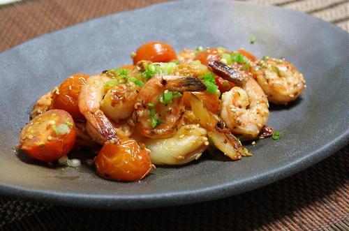 今日のキムチ料理レシピ:エビとトマトとキムチの塩炒め