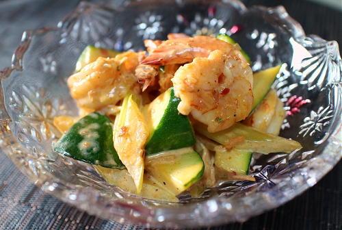 今日のキムチレシピ:エビとズッキーニのキムチサラダ