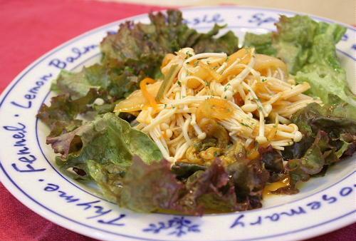 今日のキムチ料理レシピ:えのきとキムチのサラダ