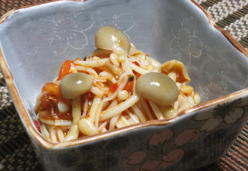 今日のキムチ料理レシピ:きのこの梅キムチ和え
