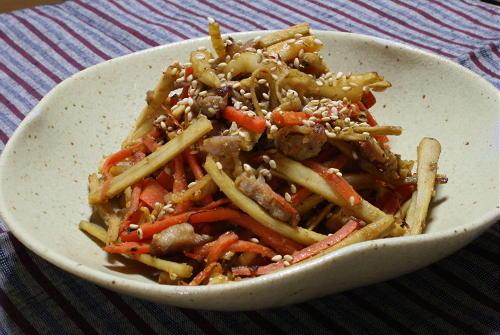 今日のキムチ料理レシピ:豚肉入りごぼうとキムチの味噌きんぴら