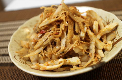 今日のキムチ料理レシピ:ごぼうちくわピリ辛胡麻和え