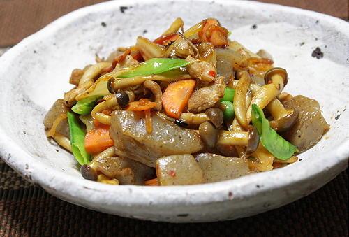 今日のキムチ料理レシピ:こんにゃくのピリ辛キムチ炒め