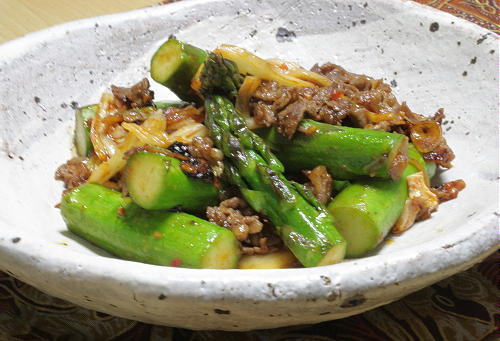今日のキムチ料理レシピ:牛肉とアスパラのキムチ炒め
