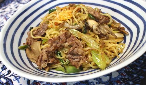 今日のキムチ料理レシピ:牛肉とセロリのキムチ焼そば