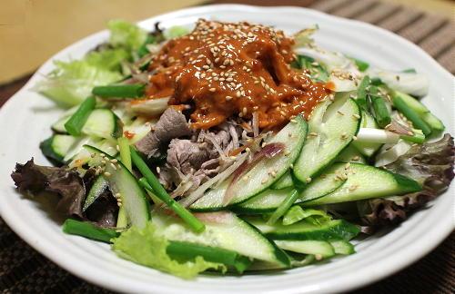 今日のキムチ料理レシピ:牛しゃぶのピリ辛胡麻ドレサラダ