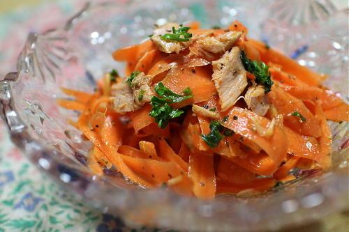今日のキムチ料理レシピ:ひらひらニンジンとツナのキムチサラダ