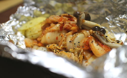 今日のキムチ料理レシピ:ホタテとキムチのホイル焼き