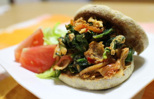 今日のキムチ料理レシピ:ほうれん草とキムチのエッグマフィン