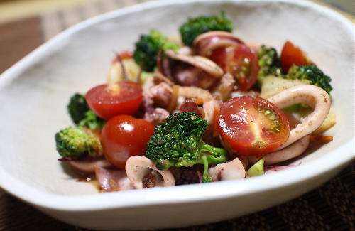 今日のキムチレシピ:イカとブロッコリーのキムチホットサラダ