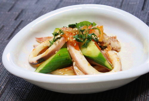 今日のキムチ料理レシピ:イカと胡瓜とキムチの甘酢和え