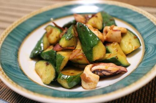 今日のキムチ料理レシピ:イカときゅうりのピリ辛炒め