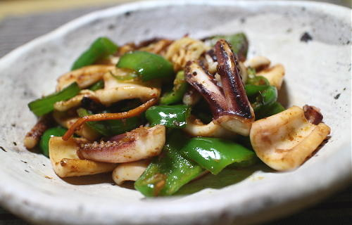 今日のキムチ料理レシピ:ピーマンとイカのキムチ炒め