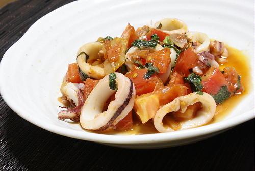 今日のキムチ料理レシピ:いかとトマトのキムチ炒め