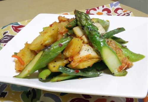 今日のキムチ料理レシピ:アスパラとじゃがいものキムチホットサラダ