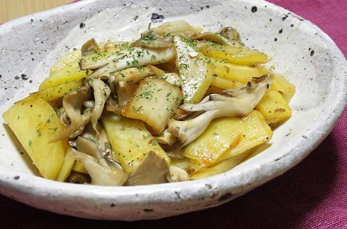 今日のキムチ料理レシピ:じゃがいもとまいたけとキムチのバター醤油炒め