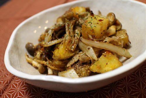 今日のキムチ料理レシピ:豚肉とジャガイモとキムチのマスタード炒め