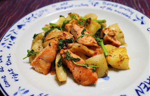 今日のキムチ料理レシピ:鮭とジャガイモのキムチ炒め