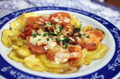 今日のキムチ料理レシピ:じゃがいもとトマトのキムチチーズ焼き