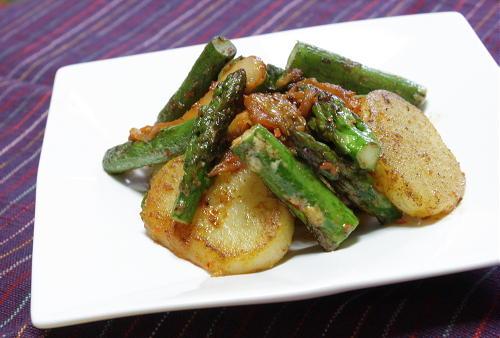 今日のキムチ料理レシピ:ジャガイモとアスパラのキムチ炒め