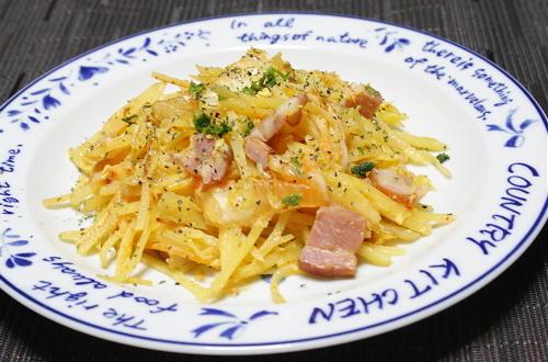 今日のキムチ料理レシピ:ジャガイモとキムチのカルボナーラ風炒め