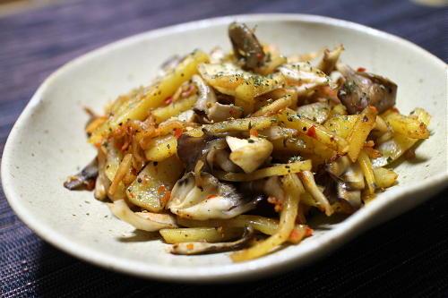 今日のキムチ料理レシピ:じゃがいもとまいたけとキムチの炒め物