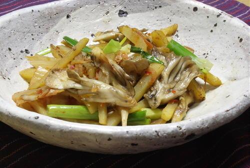 今日のキムチ料理レシピ:じゃがいもとまいたけのキムチ炒め