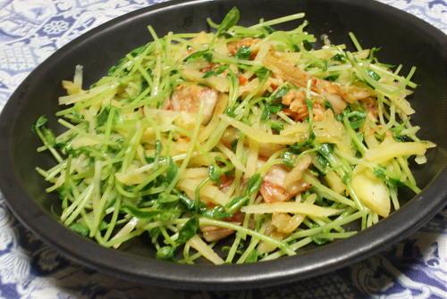 今日のキムチ料理レシピ:豆苗とじゃがいもとキムチのバター塩炒め