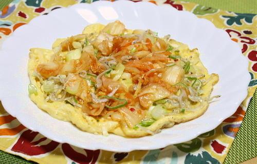 今日のキムチ料理レシピ:ちりめんじゃことキムチのオープンオムレツ